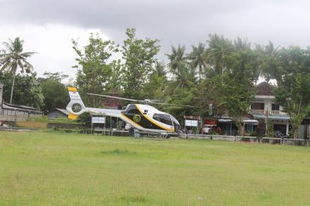 Heboh, Sebuah Helikopter turun di Kantor Desa Mulyodadi