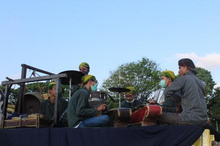 Pemain gamelan pengiring jatilan